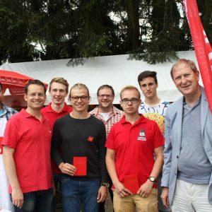 Philipp Becker (dritter von rechts) und Jona Bastian (zweiter von links) auf der diesjährigen Grillfeier der SPD Mengerskirchen
